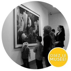 Une famille admire un tableau