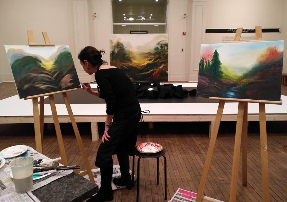 Femme qui peinture une toile
